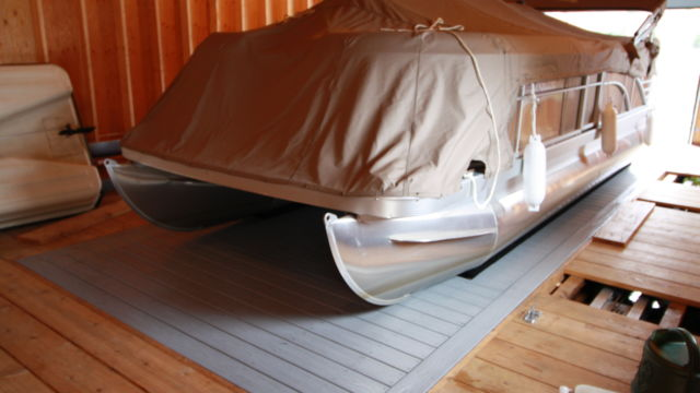 Hidden beam wet slip lift for pontoon boat with decked platform