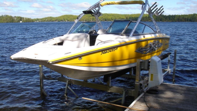 Wakeboard cantilever boat lift